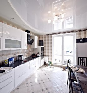 White glossy ceiling in the kitchen