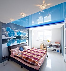 Blue suspended ceiling in the bedroom
